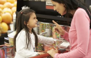 Crianças consumistas: um perigo crescente e um desafio para os pais