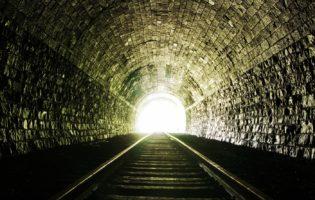 Economia: luz no fim do túnel pode ser um trem que vai nos amassar
