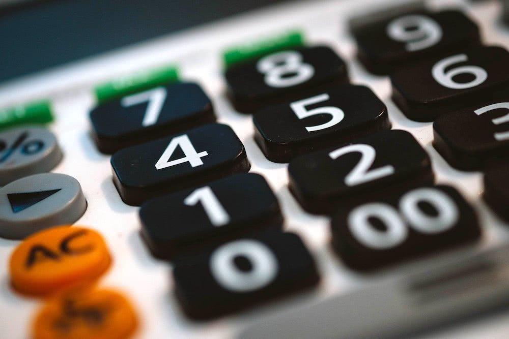 4 razões para ter um controle financeiro bem-feito e atualizado - calculadora